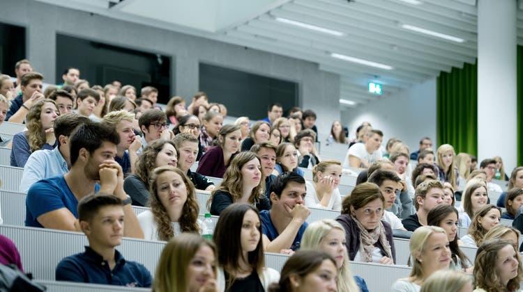 Abgängerinnen und Abgänger von Schulen tertiären Bildungsniveaus– hier an der Universität Luzern– haben es derzeit schwer auf dem Stellenmarkt. (Bild: Pius Amrein(Luzern, 15. September 2014))
