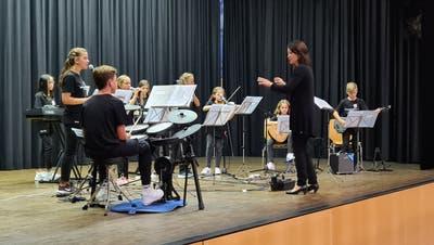 Die Schulband eröffnet und schliesst die Schulgemeindeversammlung der Schulgmeinde Freidorf-Watt. (PD)