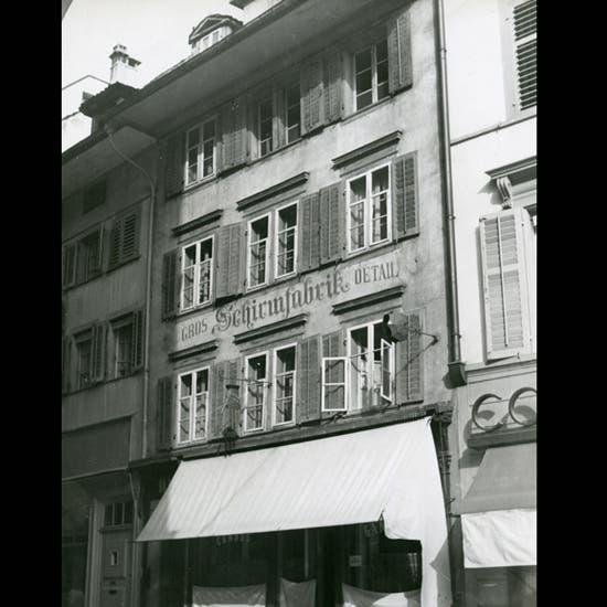 Bis in die 1950er Jahre war die Schirmfabrik von Robert Fenner in der Kapellgasse 4 untergebracht. Später wurde es zusammen mit dem Knörr-Haus abgerissen.
