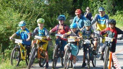 Die Teilnehmenden auf dem Velo. (Bild: PD)