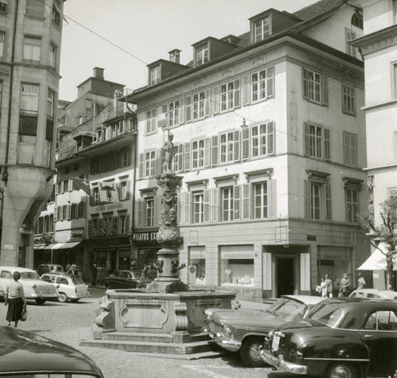 Von 1825 bis 1959 stand das klassizistisch-biedermeierliche Knörr-Haus am Kapellplatz.