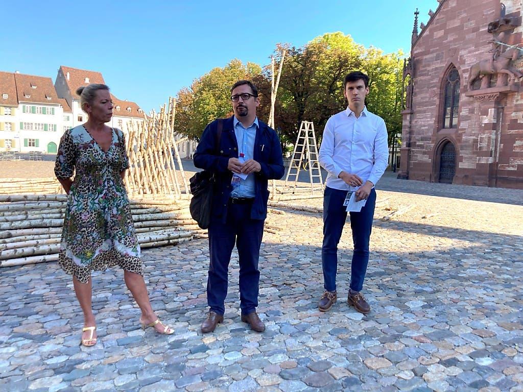 Die drei Initianten der Kunsttage Basel: Petra Sigg (Freunde des Kunstmuseums Basel), Daniel Kurjakovic (Kunstmuseum Basel) und der Galerist Carlo Knöll vor einem Kunstwerk im öffentlichen Raum.