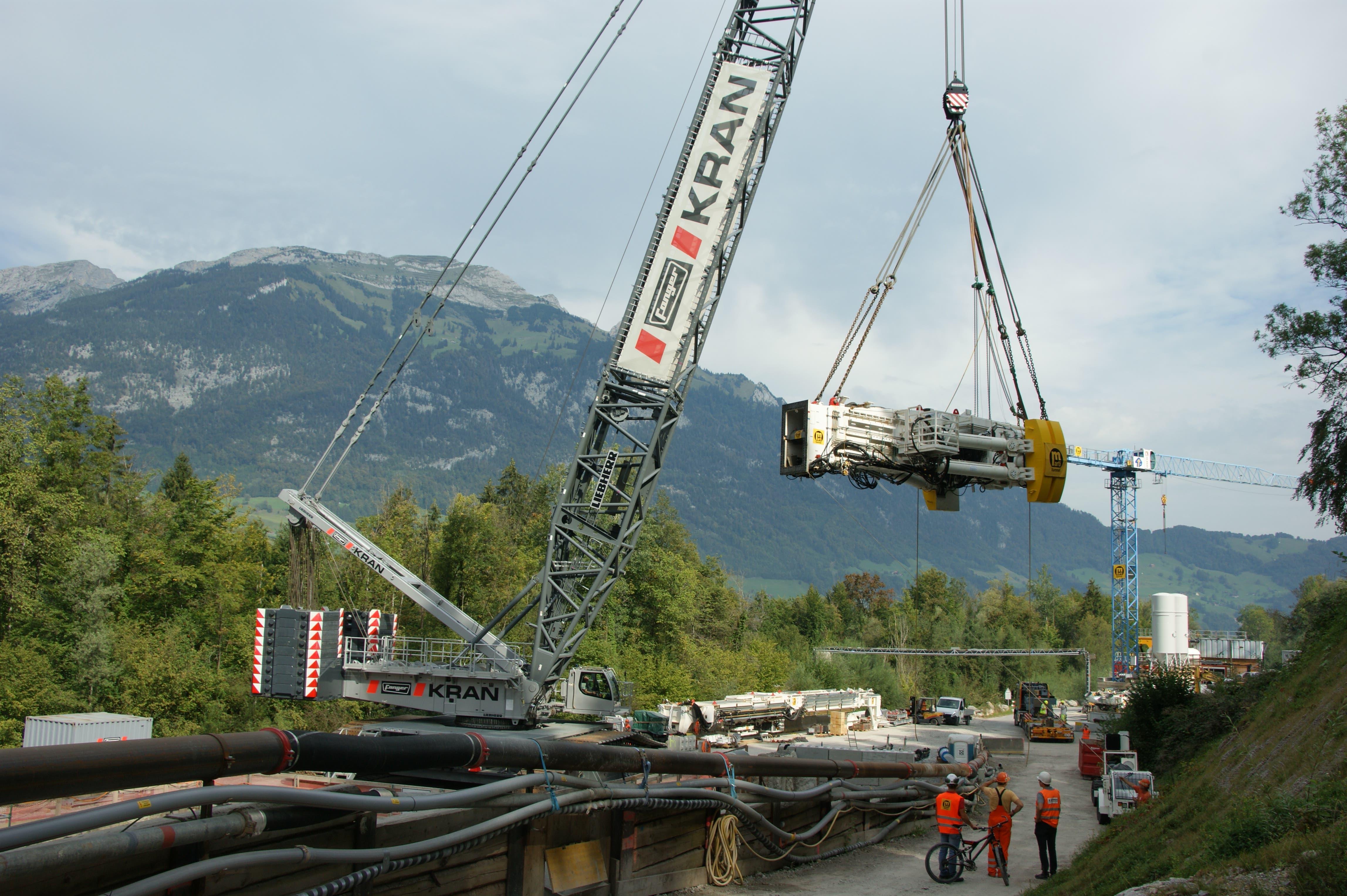 Das Maschinenrohr, mit 127 Tonnen das schwerste Teil der Tunnelbohrmaschine für den Hochwasserentlastungsstollen, wird mit einem der grössten Krane der Schweiz der Firma Fanger in die Baugrube auf der Baustelle Alpnach gehoben.