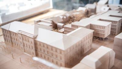 Das Modell des Erweiterungsbaus (hinteres Gebäude) ist derzeit im Regierungsgebäude ausgestellt. (Bild: Andrea Stalder)