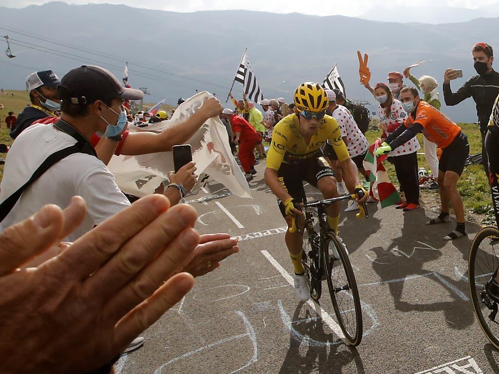 Leader Primoz Roglic kämpft sich - angefeuert von den Fans - auf den Col de la Loze hoch