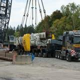 Das Maschinenrohr, mit 127 Tonnen das schwerste Teil der Tunnelbohrmaschine für den Hochwasserentlastungsstollen ist bereit zum Transport in die Baugrube. (Bild: Philipp Unterschütz (Alpnach, 16. September 2020))