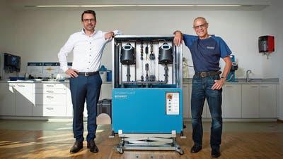 CEO Markus Stolz (links) und Verkaufsleiter Felix Joller mit dem Scrubber Guard. (Boris Bürgisser (Ennetbürgen, 9. September 2020))