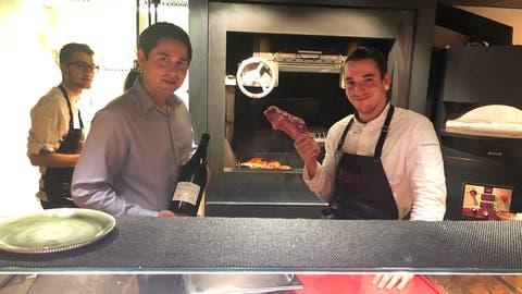 Geschäftsführer Kay Mauretter (links mit Flasche) und Chefkoch Pedro Ferreira vor der Showküche. Der Grill aus Amerika wird mit dreijährigem Buchenholz eingefeuert. Es gebe nur drei davon in der Schweiz: In Zürich, Zermatt und Rehetobel. (Bild: Melissa Müller (14. September 2020))