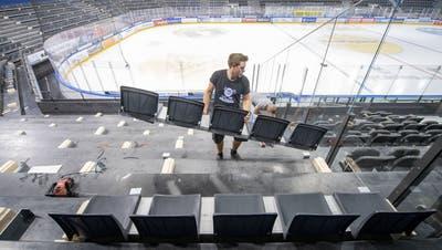 In der Bossard-Arena werden vorschriftsgemäss Sitzschalen auf den Stehrampen montiert. (Bild: Nadia Schärli (Zug, 14.September 2020))