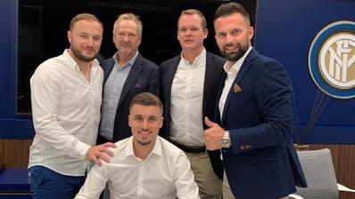 Darian Males (sitzend) hat bei Inter Mailand unterschrieben. Das Berater-Team der Footuro AG mit Mitarbeiter Shkembim Nuza (links), den Inhabern René und Philippe Strittmatter (Mitte) sowieGezim Ibrahimi (rechts). (Bild: PD)