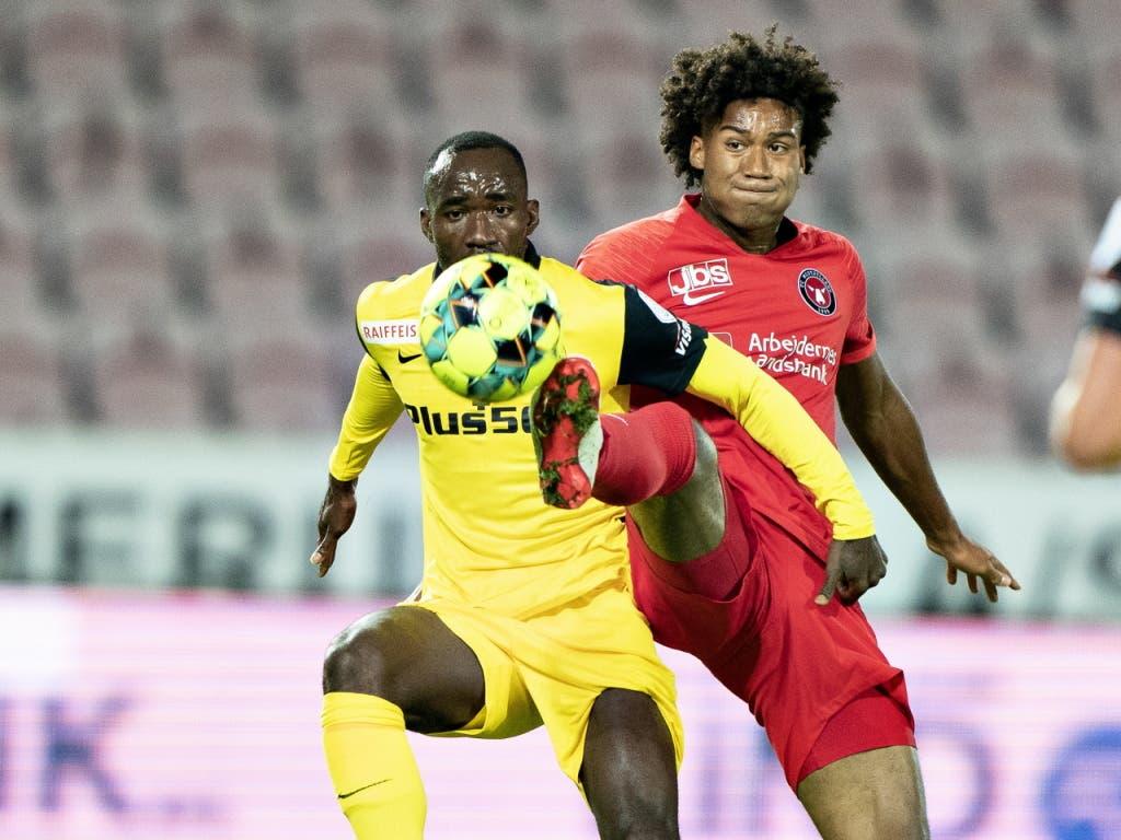 Ein Fight um Zentimeter zwischen Nicolas Moumi Ngamaleu und seinem dänischen Gegenspieler