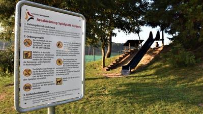 Eine Arealordnung mit zahlreichen Regeln steht am Eingang des Eschliker Spielplatzes Herdern. ((Bild: Roman Scherrer))