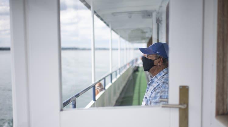 Auf Schweizer Bodenseeschiffen gilt die generelleMaskenpflicht auch auf Aussendecks. Etwas weniger streng sind die Regeln auf den deutschen Schiffen. (Bild: Gian Ehrenzeller / KEYSTONE)
