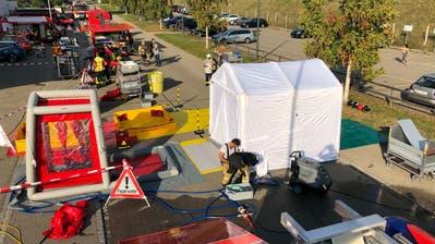 In Wil rückte die Feuerwehr am Mittwochnachmittag zu einem Wiler Industriebetrieb aus. Eine giftige Flüssigkeit war ausgelaufen. (Bild: Kapo SG (Bronschhofen, 16. September 2020))