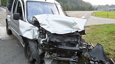 Dieses Auto erlitt beim Ufall Totalschaden. (Bild: Luzerner Polizei)