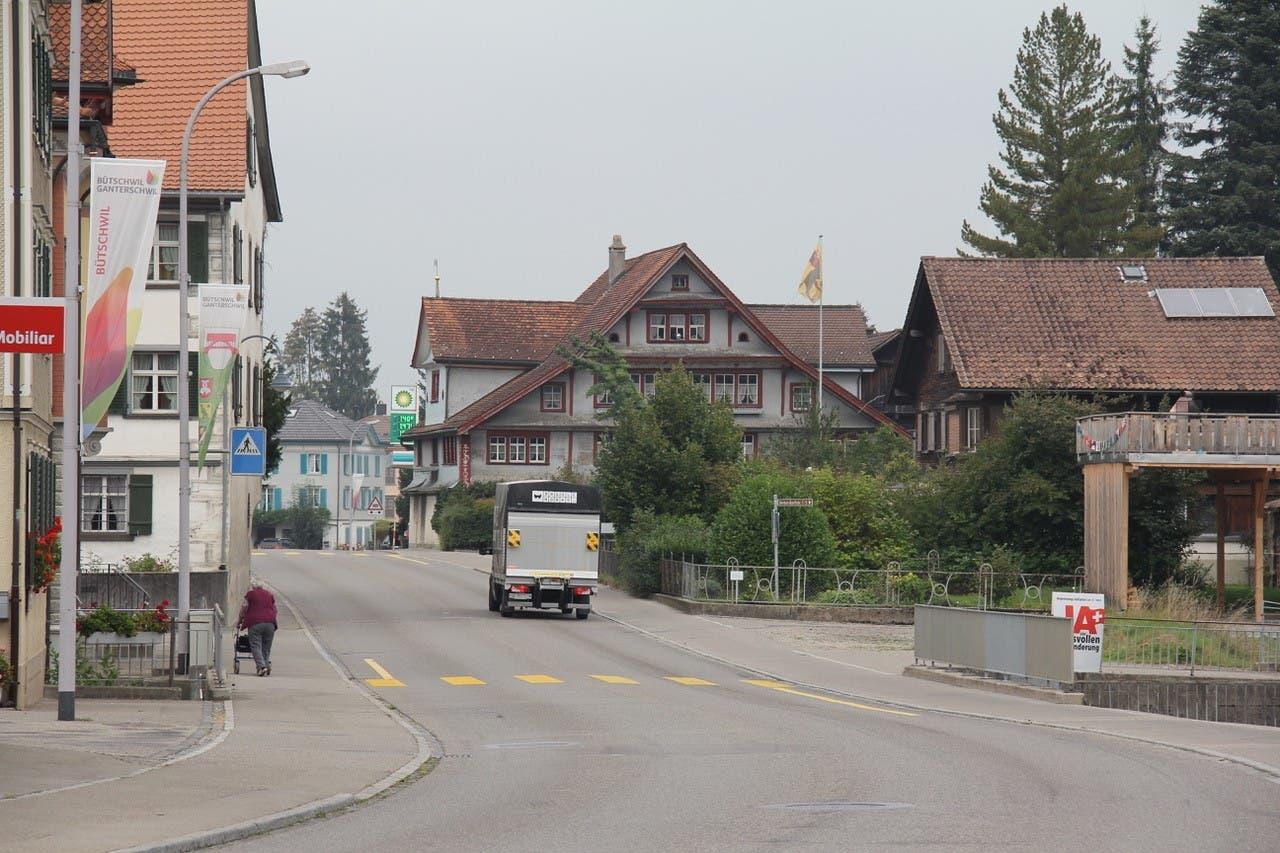 Ein einsamer Lastwagen fährt durch Bütschwil.