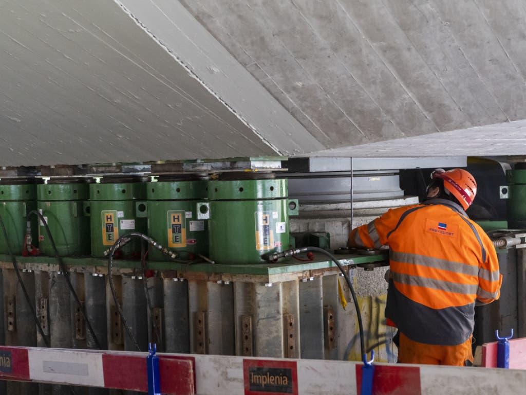 24 kräftige Hebeböcke werden eingesetzt, um den rund 6000 Tonnen schweren Oberbau der Brücke zu heben.