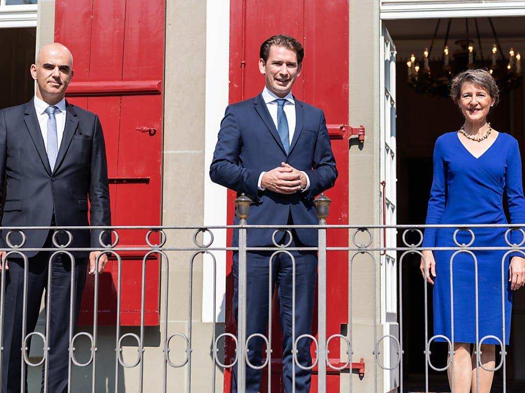 Der österreichische Bundeskanzler Sebastian Kurz (Mitte) wurde von Bundespräsidentin Simonetta Sommaruga (r.) auf dem Landgut Lohn bei Bern begrüsst und mit militärischen Ehren empfangen. Auch Bundesrat Alain Berset (l.) beteiligte sich an den Gesprächen.