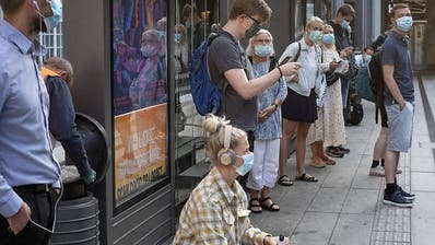 epa08582030 Masked shoppers in the main Shopping street of Brussels at the third day of the summers sales, in Belgium, 03 August 2020. Media reports a really bad start for summer sales. After being moved from July to August. Few days ahead to the start of Summer sales, Belgium government, due to a second wave of Coronavirus hitting Belgium, announced shopping will be only open to one adult only and for a maximum of 30 minutes. As well, protective face mask is now mandatory in all city centers.  EPA/OLIVIER HOSLET (Olivier Hoslet / EPA)