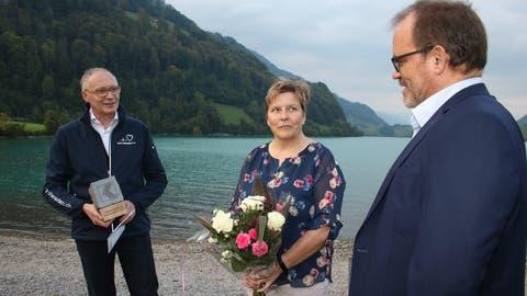 Von links: Rolf Langenbacher, Präsident Härz fir Obwaldä, die gerettete Gaby Vogler und OKB-Direktor Bruno Thürig. (Bild: Marion Wannemacher (Lungern, 17. September2020))