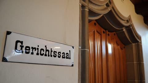 Der Eingang zum grossen Gerichtssaal des BezirksgerichtsMünchwilen. ((Bild: Nana Do Carmo))