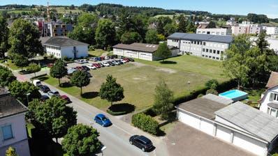 Neben der Gemeindeverwaltung (links oben) und dem Sekundarschulhaus (rechts oben) liegt die Gemeindewiese, wo das Kinder- und Jugendzentrum realisiert werden soll. ((Bild: Reto Martin - 12.6.2020))