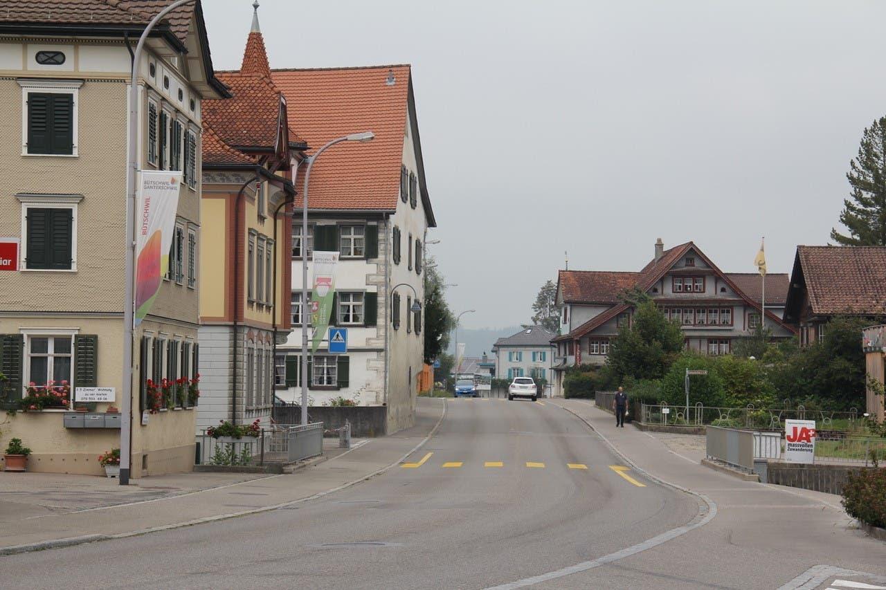Fast ausgestorben: Nur wenige Autos sind im Bütschwiler Dorfzentrum zu sehen.