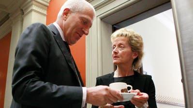 Suchte als Raiffeisen-CEO stets die grosse Bühne – hier mit der damaligen Finanzministerin Eveline Widmer Schlumpf – nun sucht er den Ausgang durch die Hintertür: Pierin Vincenz. (Bild: Ruben Sprich/Reuters (Bern, 13. Juni 2013))