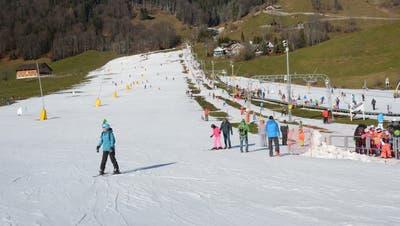 Skibetrieb auf der Klostermatte bei der Talstation der Brunni-Bahnen. (Bild: Martin Uebelhart (Engelberg, 13. Januar 2018))