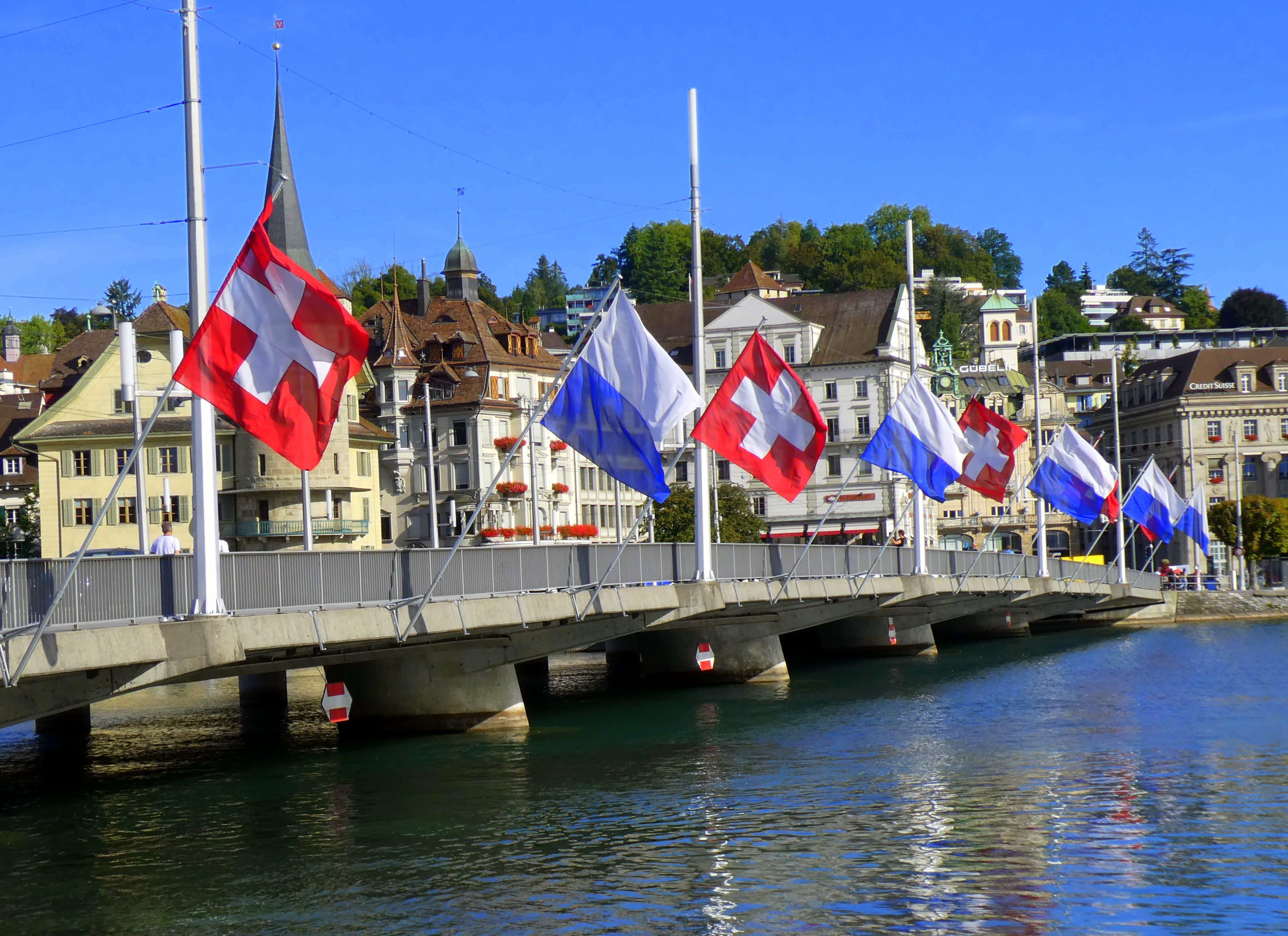 Wenn sich der Sommer langsam verabschiedet, zeigen sich die Fahnen auf der Seebrücke in ihren schönen Farben.
