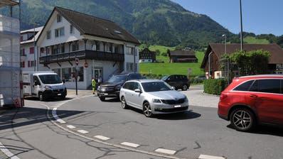 Der Verkehr rund um den Kreisel Karliplatz sollte entlastet werden. (Bild: Matthias Piazza (Stans, 8. August 2019))