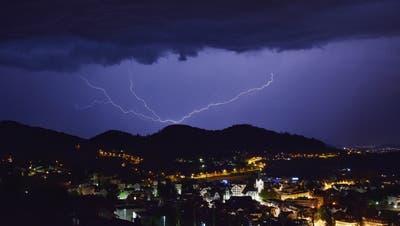 Vor allem anfangs Sommer kommt es zu vielen Blitzentladungen. Hier im Bild ein Gewitter über Herisau. (Leserbild: Michael Haeberli (20. Mai 2020))