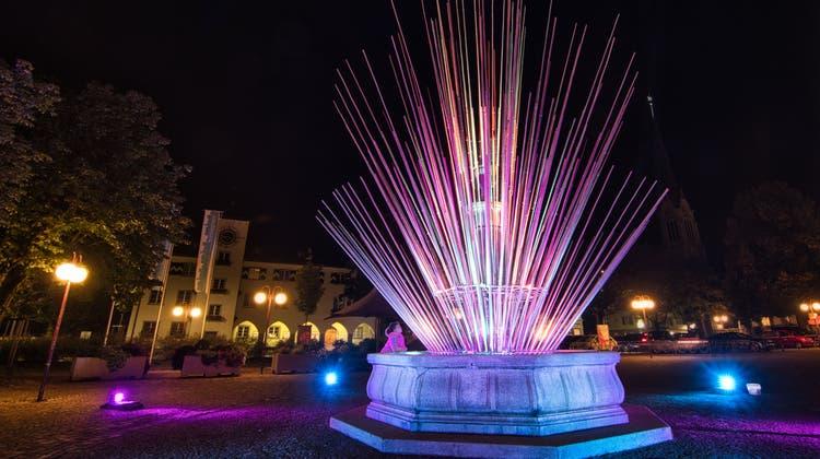 Reinhard Böhmes Lichtinstallation auf dem Marktplatz verwandelte den Brunnen in ein spezielles Objekt. (Bild: Manuel Nagel (Amriswil, 19. September 2020))