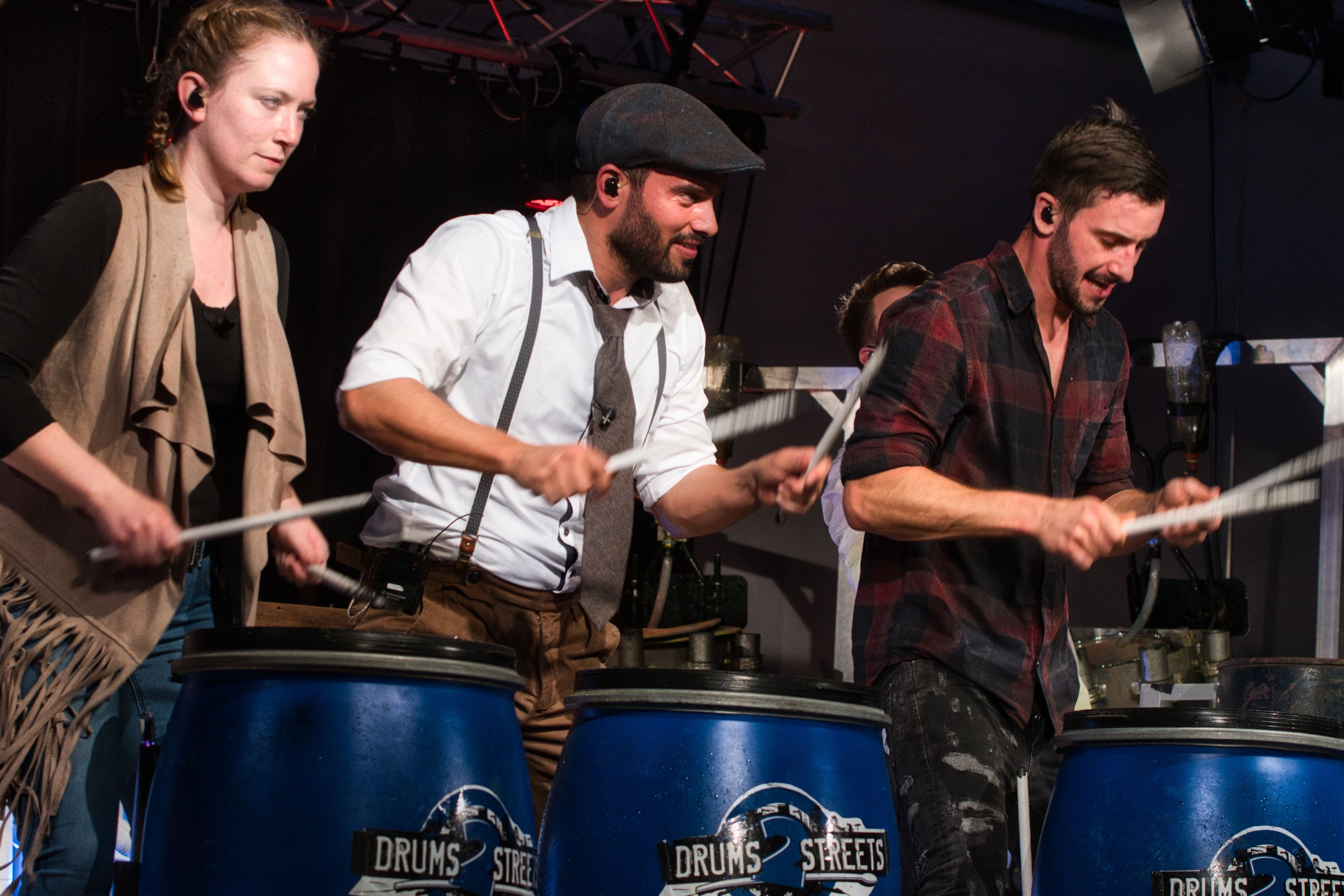 Die Formation Drums2Street begeistern mit ihren Trommelrhythmen die Besucher im Kulturforum.
