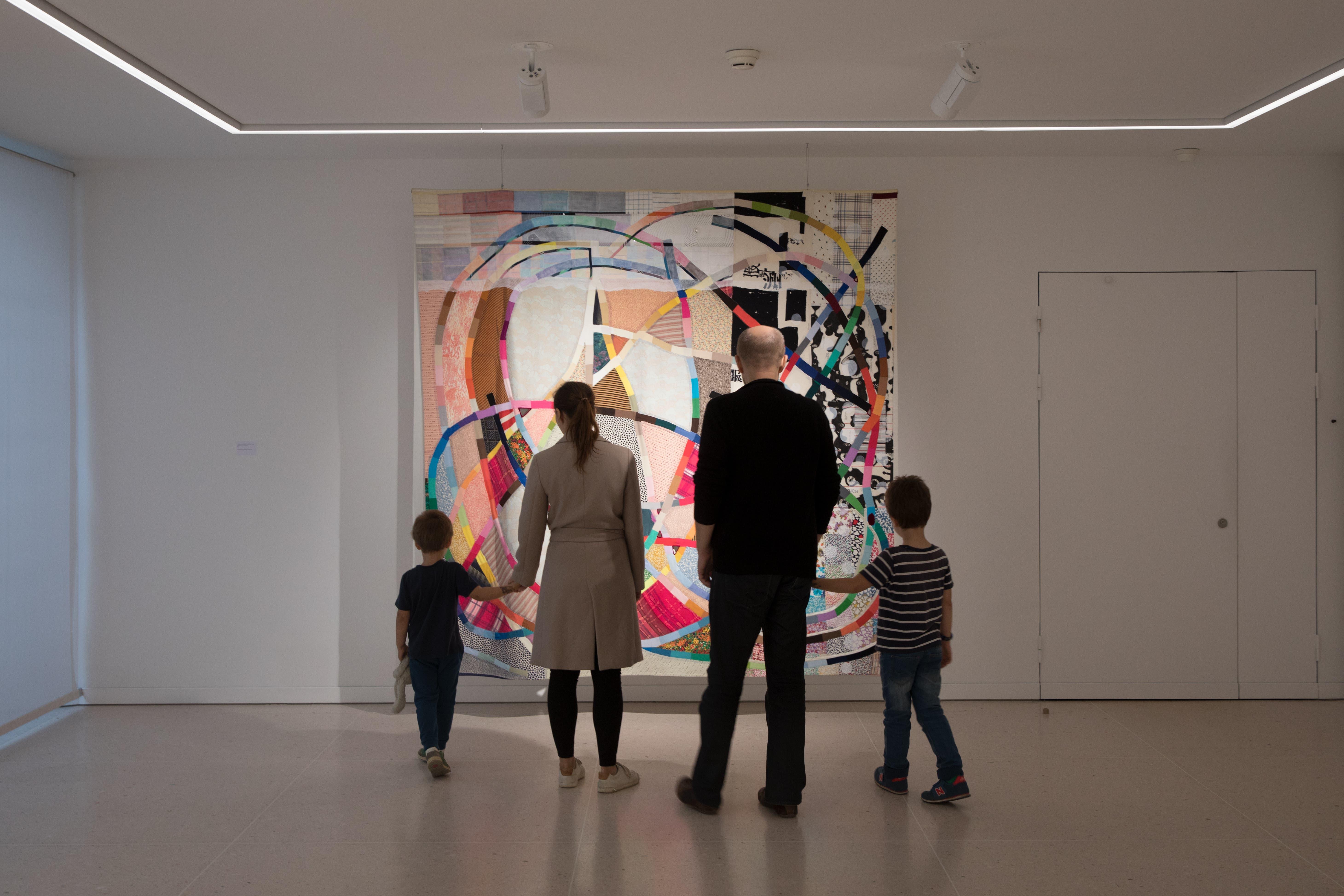 Eine Familie steht im Kunsthaus Zug vor einem Bild von Anna Margrit Annen.