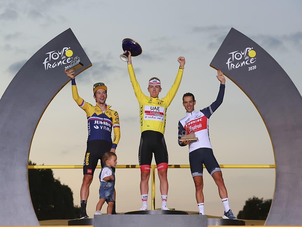 Das Podest der 107. Tour de France: Sieger Tadej Pogacar umrahmt von Primoz Roglic (links) und Richie Porte (rechts)