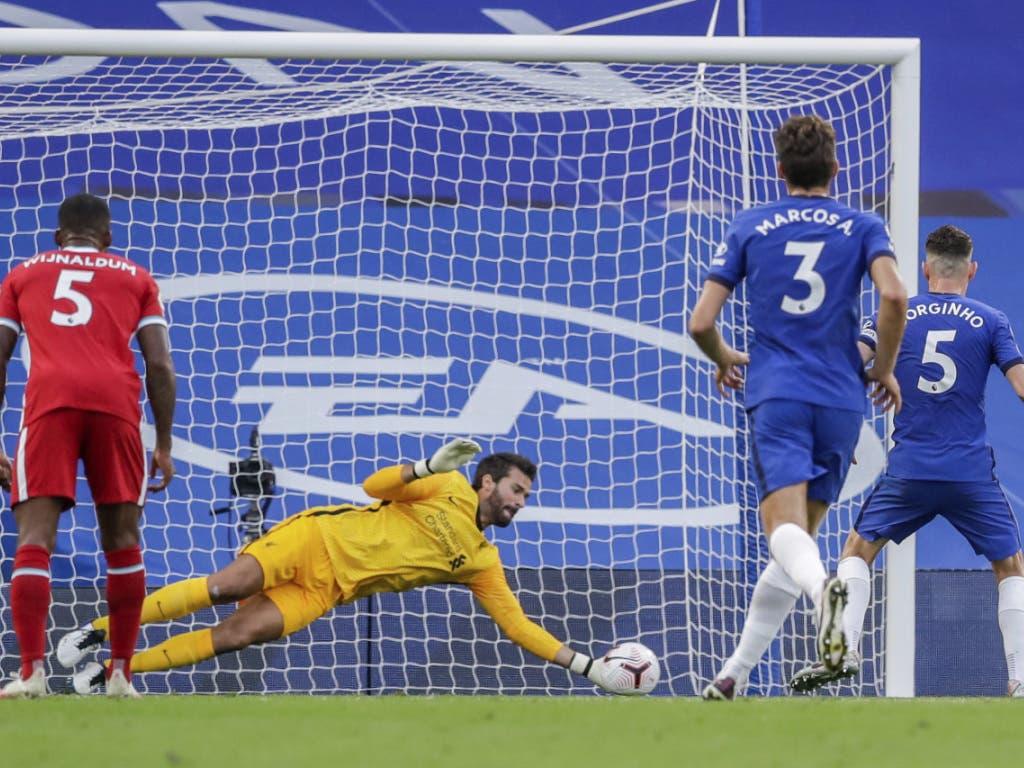 Liverpools Keeper Alisson pariert den Penalty von Jorginho