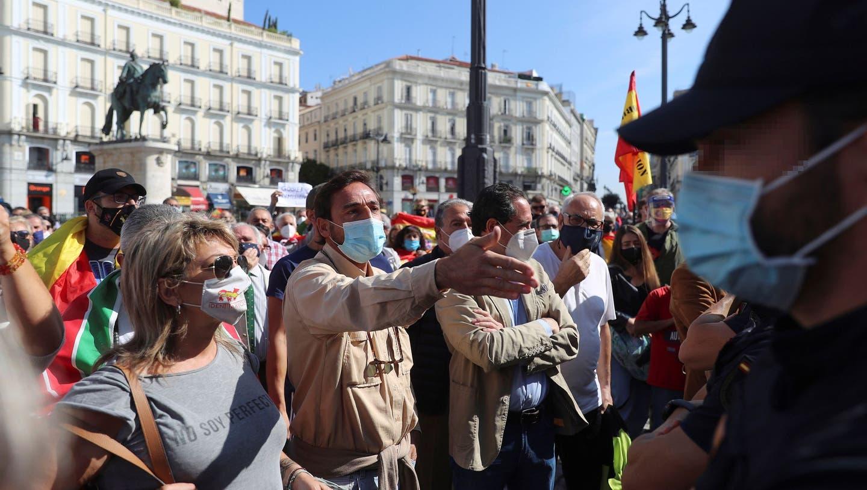 Demonstration in Madrid: Ganze 37 Stadtviertel und Vororte des spanischen Hauptstadt wurden am Montag abgeriegelt - zum Missfallen der Bewohner. (Bild: Rodrigo Jimenez/EPA)