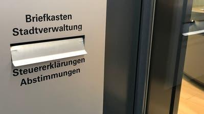 Brieflich abstimmen und wählen kann man auch, indem man das Couvert mit den ausgefüllten Unterlagen direkt in den Briefkasten neben dem Eingang zum Rathaus am Bahnhofplatz wirft. (Bild: Reto Voneschen (19.9.2018))