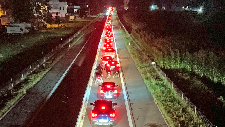 Rekordverdächtiger Stau auf der A8 in Alpnach. Noch um 21 Uhr bewegte sich die Autoschlange nur im Schritttempo in Richtung Luzern. (Bild: Robert Hess(Alpnach, 13. September 2020))