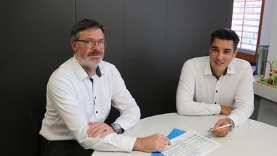Die Gemeinderäte Max Staub und Dominik Bosshart erläutern die Aufhebung der Tarifzeiten beim Strombezug. (Bild: Hannelore Bruderer)