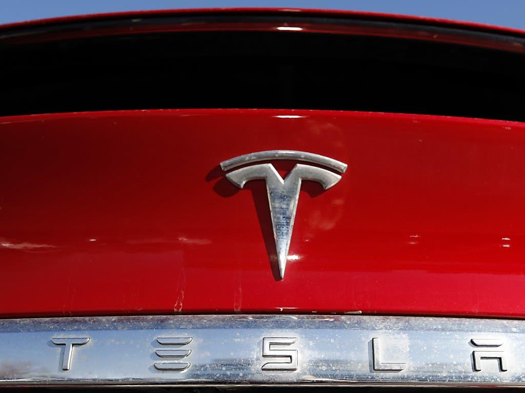 Die Elektroautos der Marke Tesla sollen künftig deutlich billiger werden.