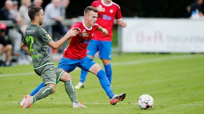 Chams Lukas Riedmann (rechts) verhindert ein Gegentor und bereitet den zweiten Treffer auf sehenswerte Weise vor. (Bild: Stefan Kaiser)