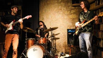 Trois Imaginaires spielen «Manga-Jazz» oder «Geek-Rock»: So haben Schlagzeuger Samir Böhringer, Gitarrist Anatole Buccella und Bassist Pino Zortea selbstironisch die Musikrichtung ihrer Band getauft. (Bild: PD)