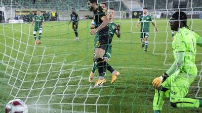Die entscheidende Szene: Nelson Oliveira bezwingt Lawrence Ati Zigi zum 1:0 für AEK Athen. (Bild: Keystone)