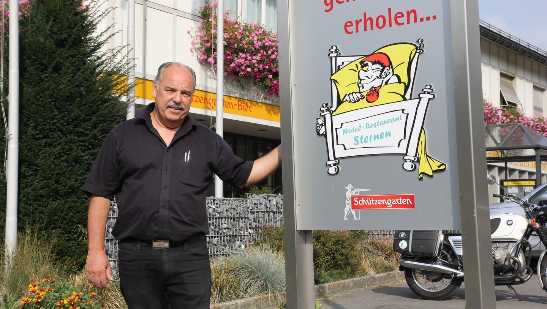 Roland Hofstetter vor dem «Sternen» in Nesslau. Am 2. Oktober wird das Hotel 50 Jahre alt. (Bild: Fränzi Göggel)
