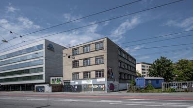 Das alte Gewerbegebäude an der Tribschenstrasse steht den Erweiterungsplänen für das CSS-Hauptgebäude (links) im Weg. (Bild: Pius Amrein  (12. August 2020))