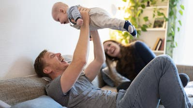 Nach der Diskussion über den Vaterschaftsurlaub geht es jetzt um die Elternzeit. (Keystone / Gaëtan Bally)