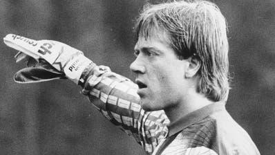 Torhüter Christian Reinwald dirigiert in der Saison 1992/93 die Abwehr des FC Basel. (Bild: PD)