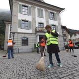 Corona-Skeptiker wischen vor dem Urner Rathaus imaginäre Scherben. (Bild: Florian Arnold)
